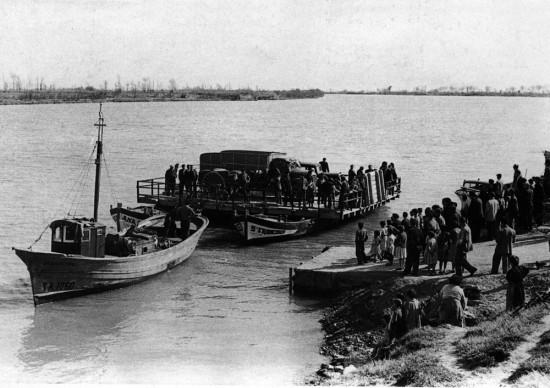 Barcaza de Amposta, año 1957. Formada por dos laúdes y utilizada mientras se arreglaba el puente hundido en la batalla del Ebro.