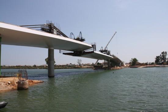 Izado del vano principal del Puente Lo Passador, Delta del Ebro (30/06/2010). Foto de Javier Bueno.