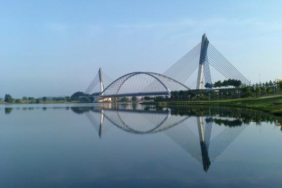 Fuente: Wikimedia (http://commons.wikimedia.org/wiki/File:Putrajaya_Bridge_073.jpg)