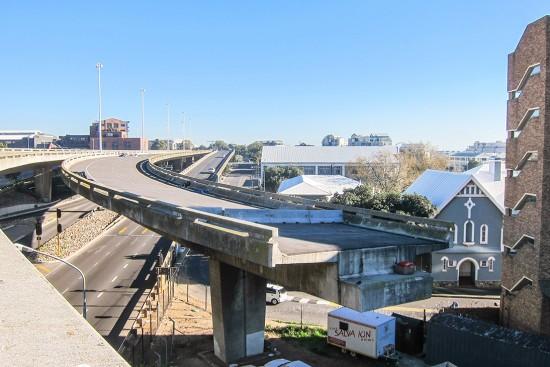Uno de los muchos ejemplos de puente inconcluso que se pueden encontrar por todo el mundo. En este caso en Ciudad del Cabo (Sudáfrica). Está  en este estado desde 1977. ¿Existía realmente el problema de cruce? Fuente: Flickr (https://www.flickr.com/photos/jbdodane/15203235971)