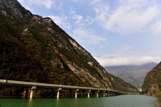 Carretera sobre rio en China