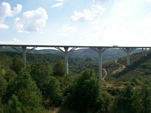 Puente sobre el río Mente. Javier Manterola. Se resolvieron luces de 90 m con vigas de catálogo. Referencia.