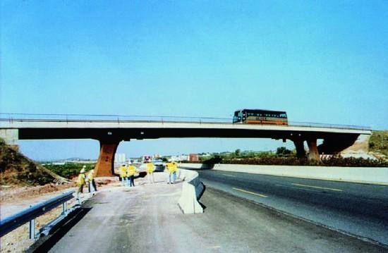 La ampliación de un carril por sentido en el by-pass obligó a cambiar la posición de todas las pilas de los pasos superiores, desarrollando un gran proyecto de ingeniería, motivado por una falta de previsión durante la fase de proyecto de la infraestructura original. MC 2 Estudio de Ingeniería.