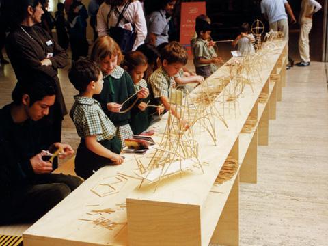 """Instalación """"Bridge Crossing, 1999"""". Fotografia de Cai Guo-Qiang, cortesía de Cai Studio. Referencia."""