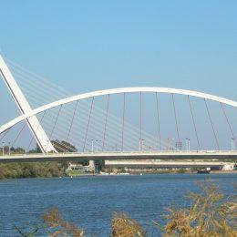Vista del Puente de La Barqueta, en primer plano, y del Puente del Alamillo, en segundo plano (Fuente: http://www.wikipedia.com)