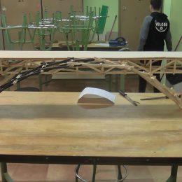 Jóvenes diseñadores de puentes cántabros